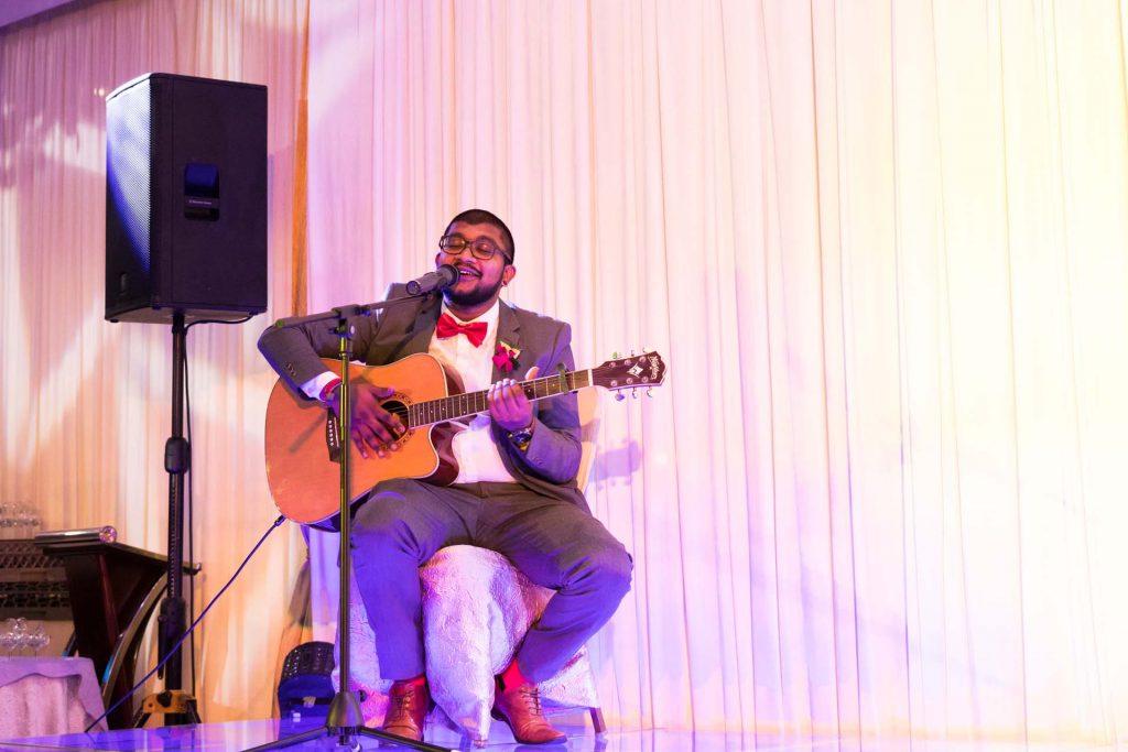 Singing a song at a wedding, photo by Singapore wedding photographer Shilton Tan.