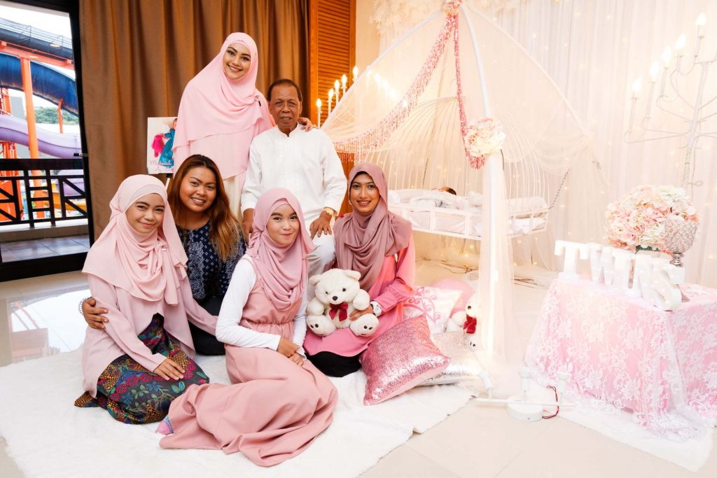 A group photo at a Malay baby shower at Aranda Country Club, photo by Singapore photographer Shilton Tan.